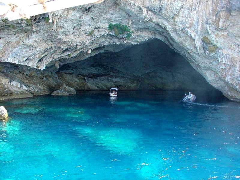 Papanikolis cave lefkada